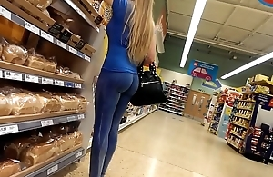 Tight candid milf bubble butt in blue yoga pants